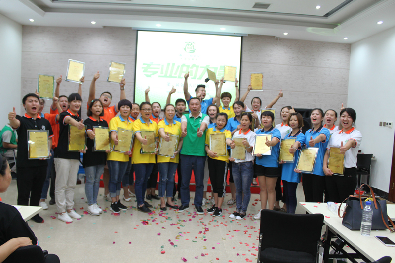 吉林省春之元硅藻泥有限公司马总为获得金牌店长的学员颁奖